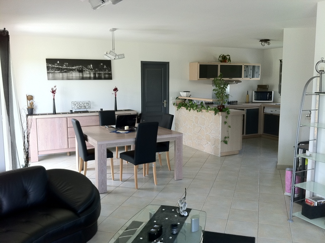 Lentree le salonsejour villabougue for Sejour cuisine 50m2